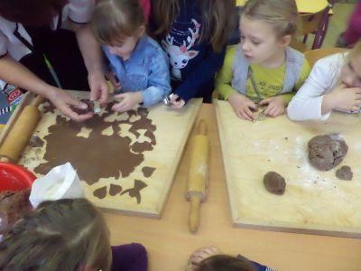 Jagódki i Krasnoludki pieką świąteczne ciasteczka