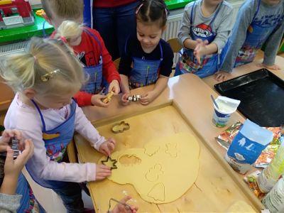Świąteczne przygotowania - pieczemy ciasteczka, robimy stroiki (Motylki)